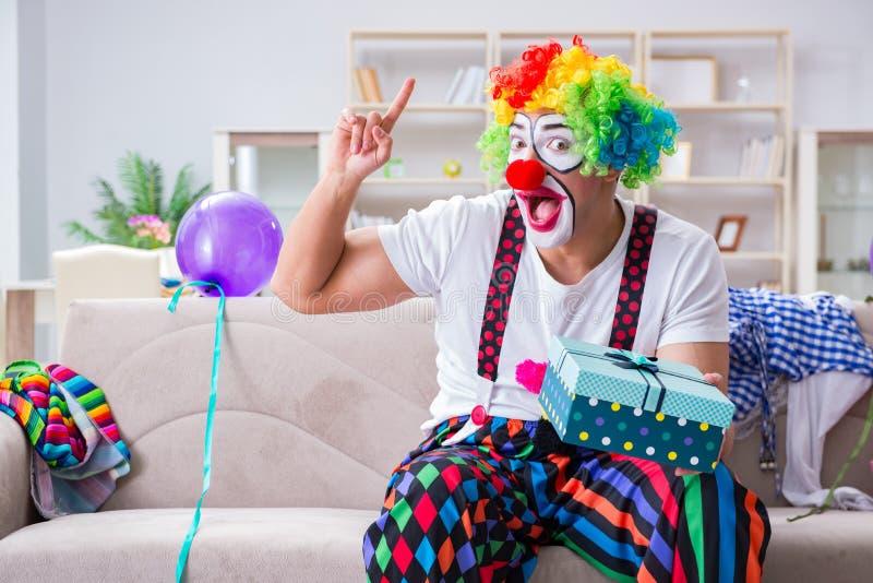 El payaso borracho que celebra teniendo un partido en casa imágenes de archivo libres de regalías