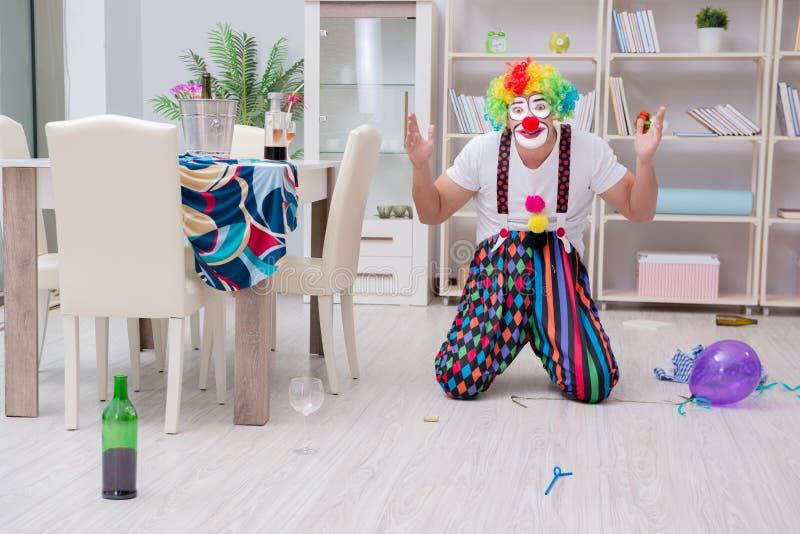 El payaso borracho que celebra teniendo un partido en casa imagenes de archivo