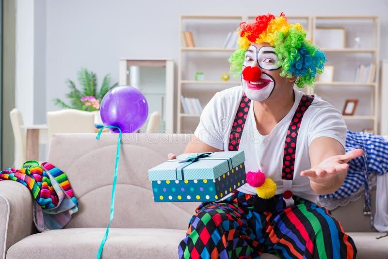 El payaso borracho que celebra teniendo un partido en casa fotografía de archivo