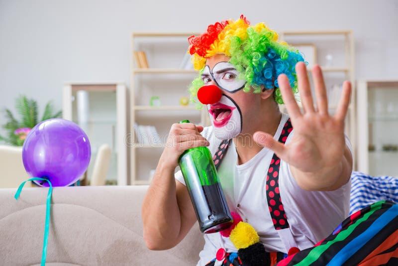 El payaso borracho que celebra teniendo un partido en casa fotos de archivo libres de regalías