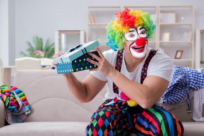 El payaso borracho que celebra teniendo un partido en casa fotografía de archivo libre de regalías