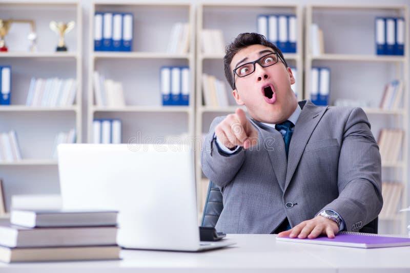 El payaso divertido del hombre de negocios que actúa tonto en la oficina imágenes de archivo libres de regalías