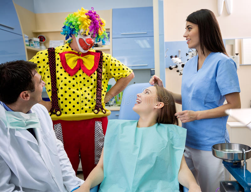 El payaso entretiene a la muchacha en ambulancia dental foto de archivo libre de regalías