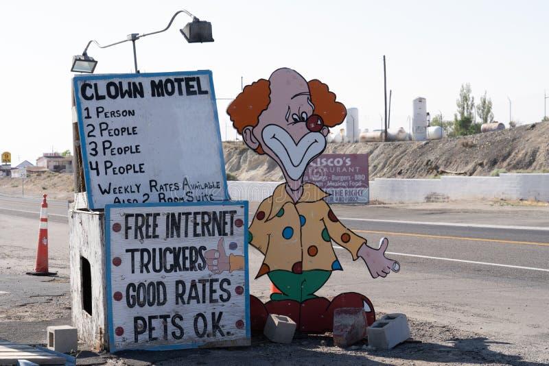 El payaso Motel firma adentro Tonopah Nevada, es un attrac kitschy del borde de la carretera imágenes de archivo libres de regalías