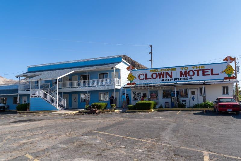 El payaso Motel firma adentro Tonopah Nevada, es un motel kitschy de la corte de la atracción y del motor del borde de la carrete imágenes de archivo libres de regalías
