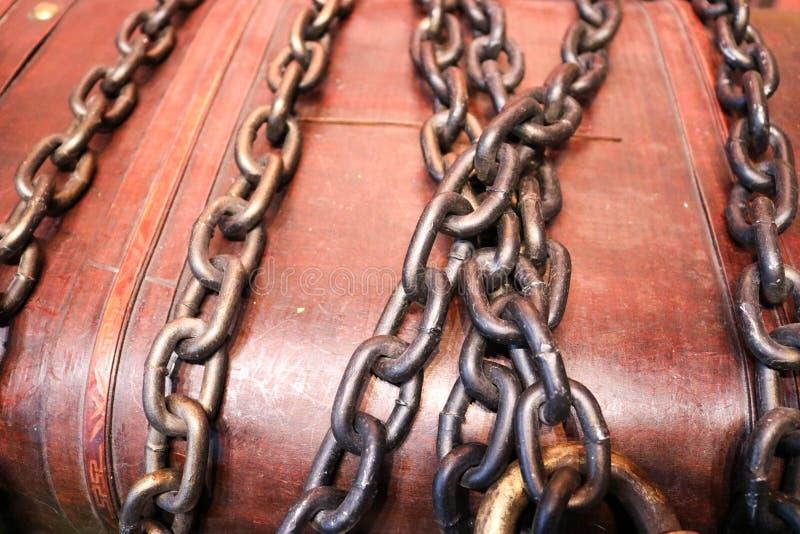 el pecho fuerte, durable, marrón, de madera con los tesoros limita, atado con los cheins gruesos del hierro imagen de archivo