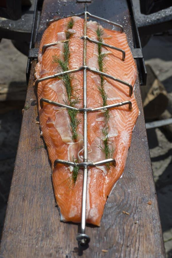 El pedazo de color salmón fresco alista para ser ahumado imagenes de archivo