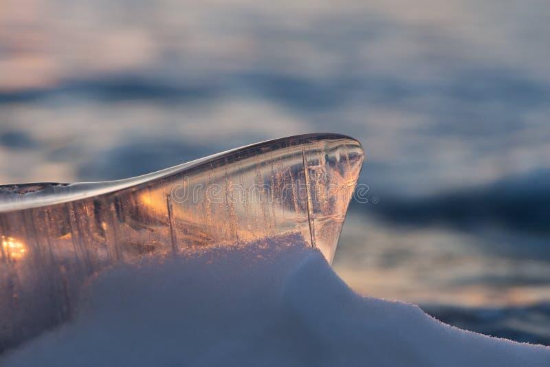 El pedazo de hielo en la luz del sol en el lago Baikal foto de archivo