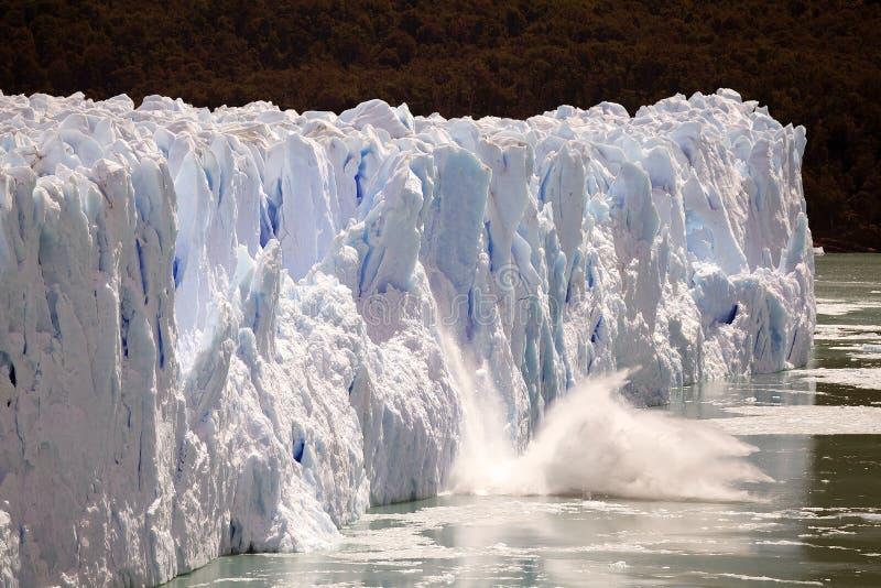 El pedazo de hielo se derrumba mientras que el Perito Moreno Glacier avanza en el parque nacional del Los Glaciares, Patagonia, l foto de archivo