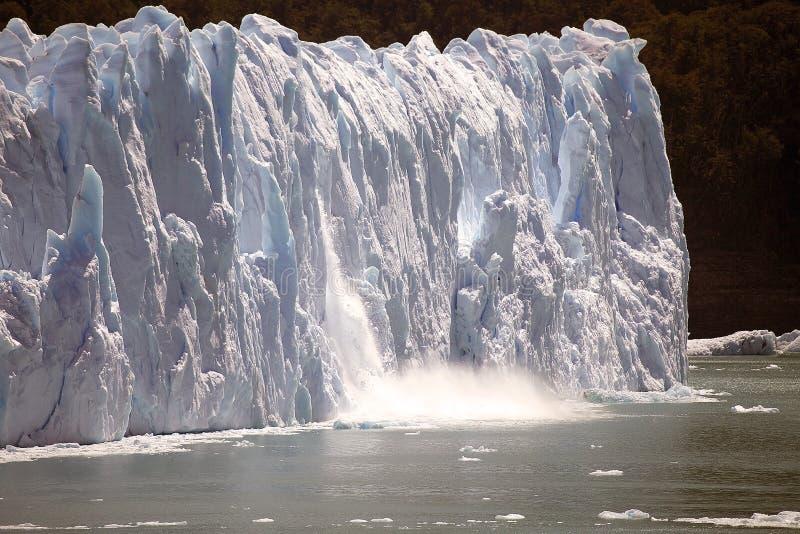 El pedazo de hielo se derrumba mientras que el Perito Moreno Glacier avanza en el parque nacional del Los Glaciares, Patagonia, l fotos de archivo