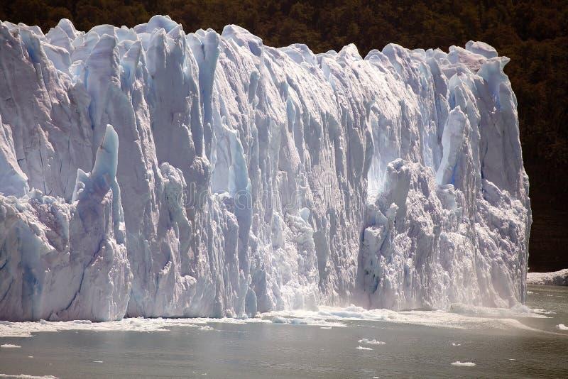 El pedazo de hielo se derrumba mientras que el Perito Moreno Glacier avanza en el parque nacional del Los Glaciares, Patagonia, l imágenes de archivo libres de regalías