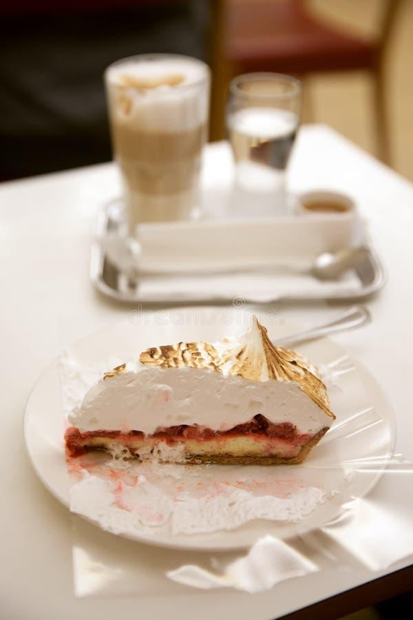 El pedazo de torta dulce en la tabla blanca foto de archivo libre de regalías
