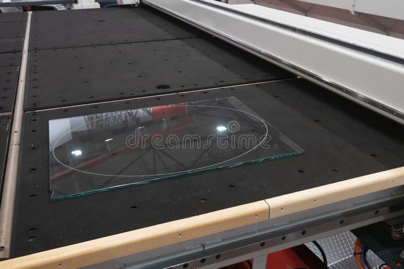 El pedazo de vidrio transparente pone en sistema accionado por control remoto del chorro de agua o del laser del cortador de cris fotografía de archivo libre de regalías