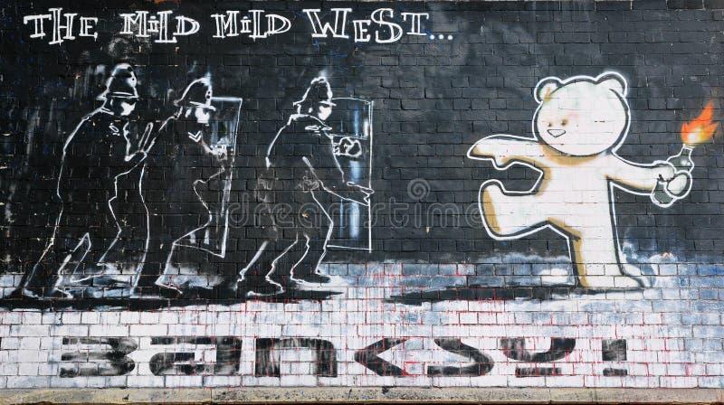 El pedazo famoso de Banksy tituló el oeste suave suave imagenes de archivo