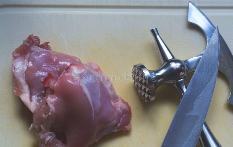 El pedazo fresco maravilloso de carne del pollo y martillo y kn de la carne imagen de archivo libre de regalías