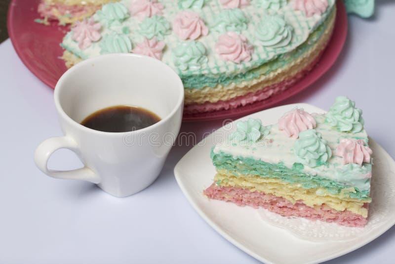 El pedazo se corta y miente de lado a lado en un platillo Cerca está una taza de café Torta de la galleta hecha de las tortas emp foto de archivo libre de regalías