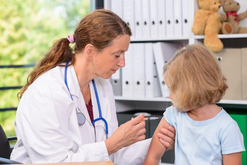 El pediatra de sexo femenino inyectó un medicamento imágenes de archivo libres de regalías
