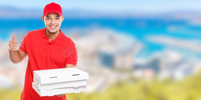 El pedido latino del hombre de la entrega de la pizza que entrega la sonrisa acertada del éxito del trabajo entrega el espacio de imagenes de archivo