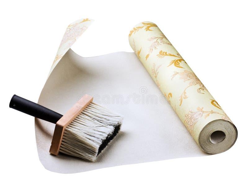 El pegarse del papel pintado y del cepillo foto de archivo libre de regalías