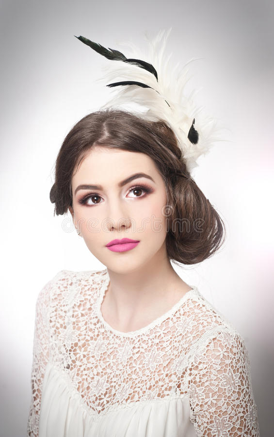El peinado y compone - el retrato hermoso del arte de la chica joven Morenita natural auténtica con corte de pelo creativo, tiro  fotografía de archivo libre de regalías