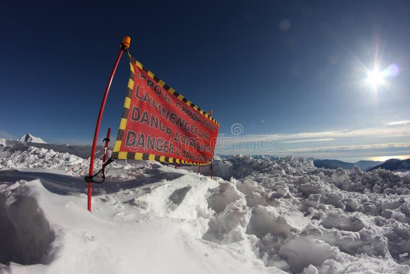 El peligro de la avalancha firma adentro nieve foto de archivo libre de regalías