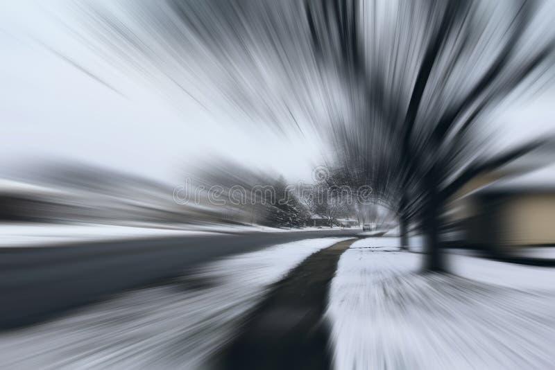 El peligro y rápidamente da vuelta en el camino helado de la nieve fotografía de archivo libre de regalías