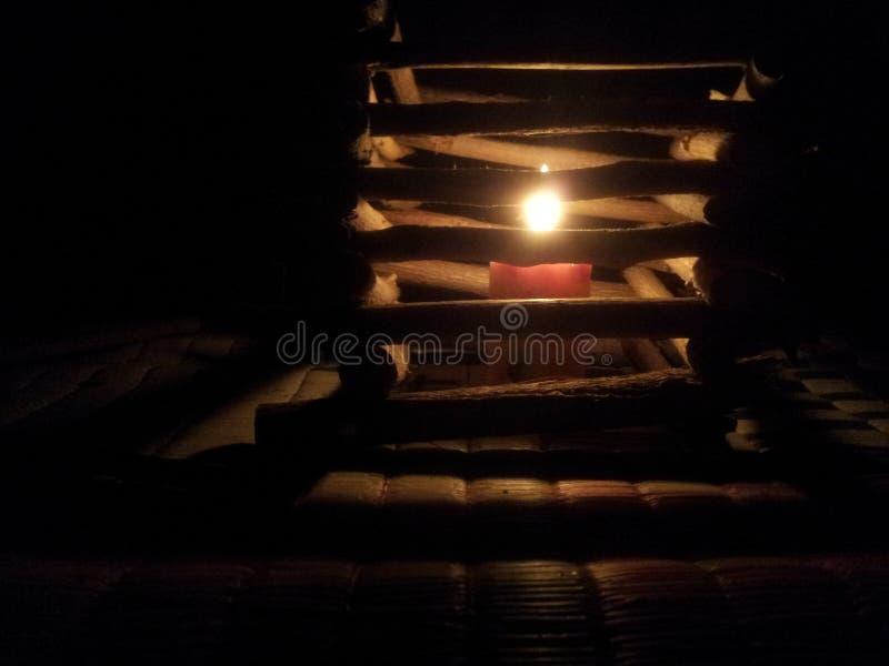El pellizco de luz aclara la oscuridad fotos de archivo