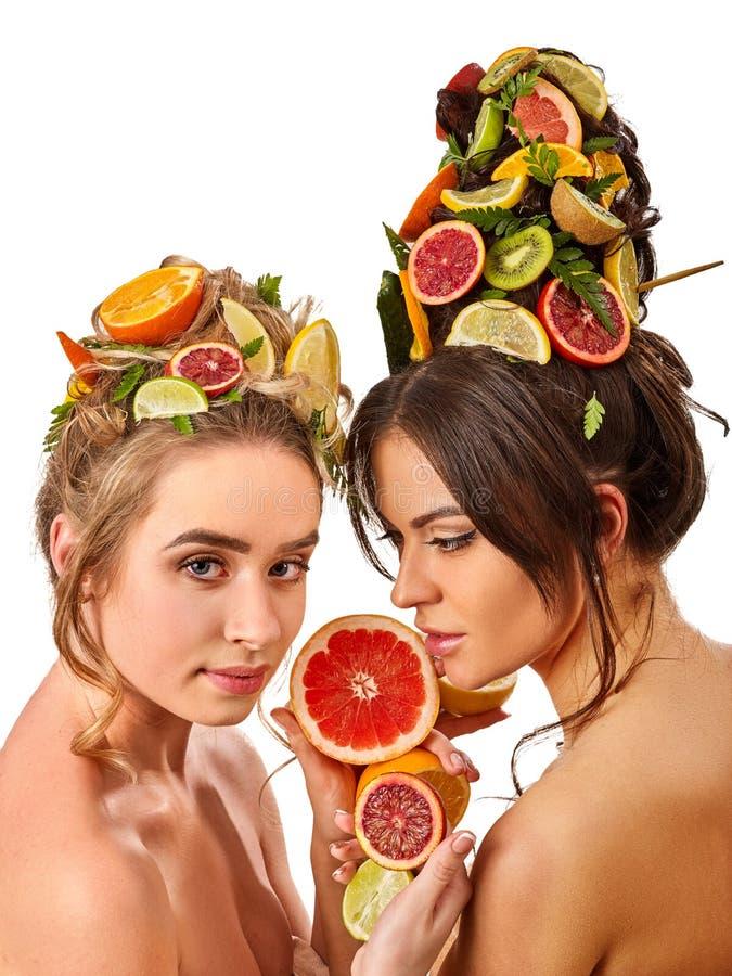 El pelo de las mujeres y la máscara y el cuerpo faciales cuidan de las frutas foto de archivo libre de regalías