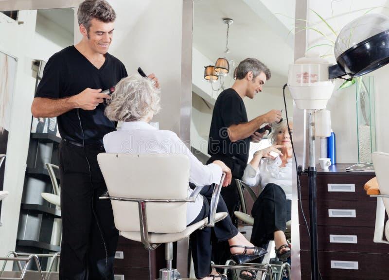El pelo de Styling Woman del peluquero imagen de archivo