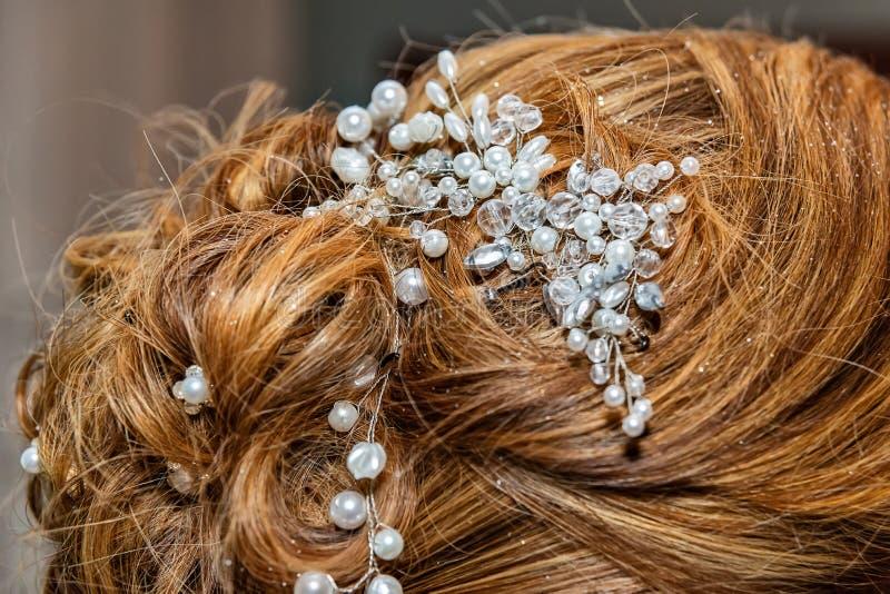 El pelo hecho a mano que se casa hermoso adorna foto de archivo libre de regalías
