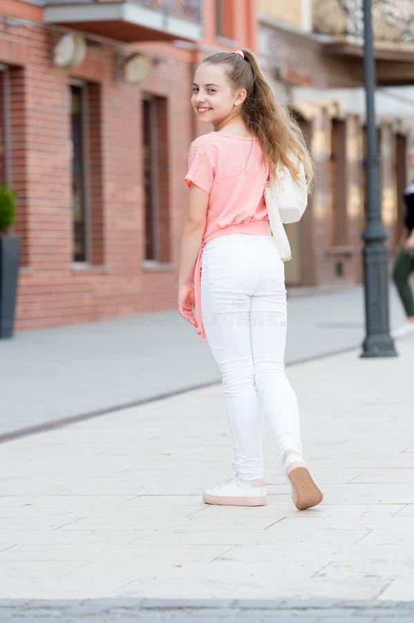 El pelo largo del ni?o disfruta de d?a soleado del paseo Las vacaciones de verano se relajan Muchacha de moda elegante encantador imágenes de archivo libres de regalías