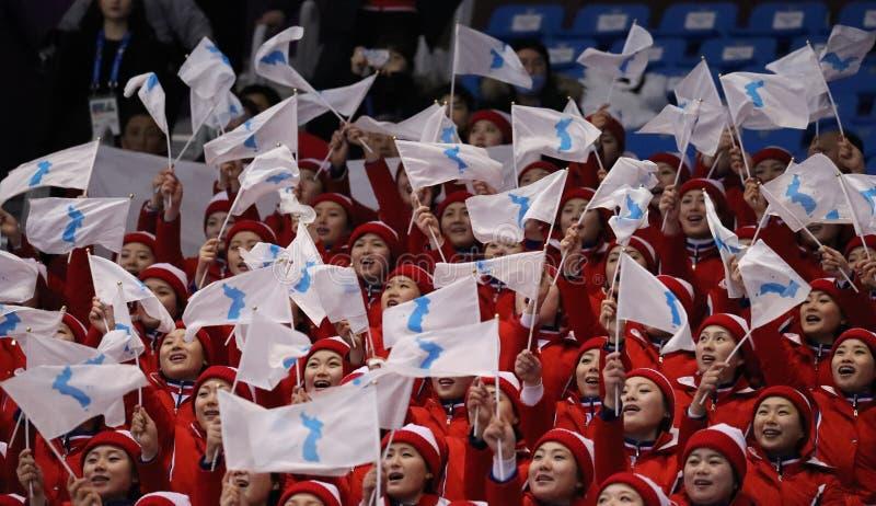 El pelotón que anima del ` s de Corea del Norte se realiza durante pares que patina libremente patinando en arena del hielo de Ga imagenes de archivo
