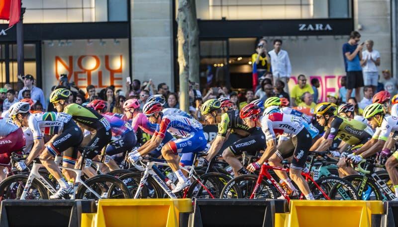 El Peloton en París en Champs-Elysees en París - Tour de France 2019 imagen de archivo libre de regalías