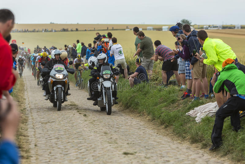El Peloton en un camino del guijarro - Tour de France 2015 imagen de archivo libre de regalías