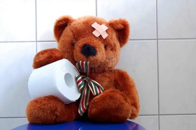 El peluche del juguete refiere el tocador del wc imagen de archivo libre de regalías
