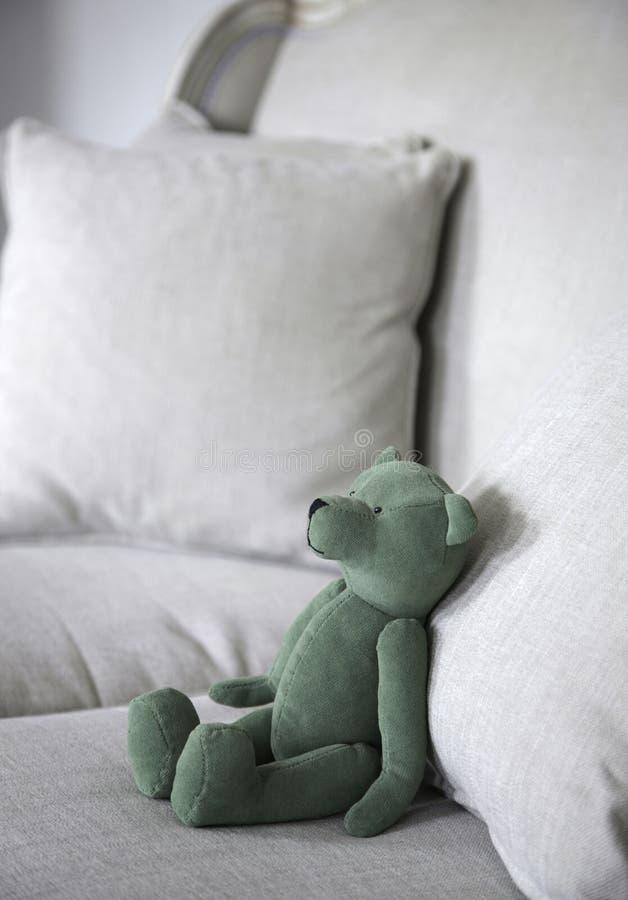 El peluche refiere el sofá fotografía de archivo