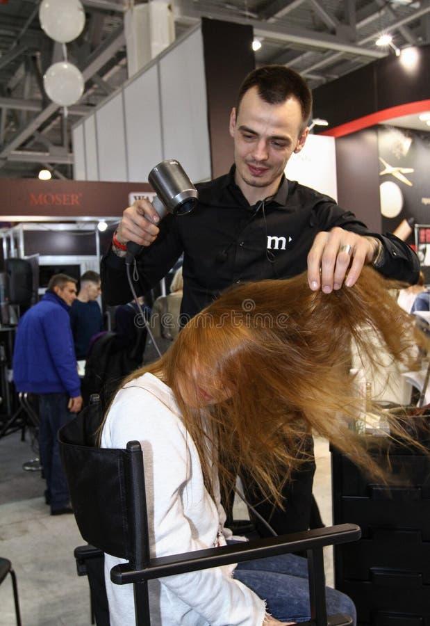 El peluquero del estilista hace dise?ar a una chica joven imagenes de archivo