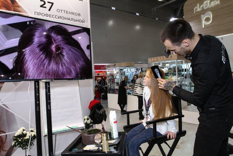 El peluquero del estilista hace dise?ar a una chica joven imagen de archivo libre de regalías