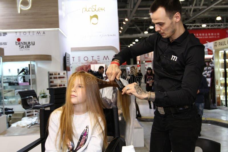 El peluquero del estilista hace dise?ar a una chica joven fotografía de archivo libre de regalías