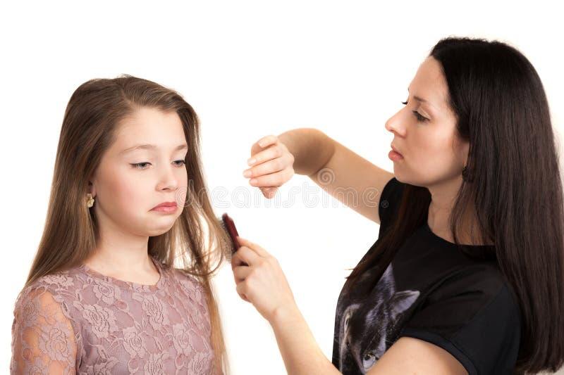 El peluquero hace hairdress a la muchacha fotos de archivo