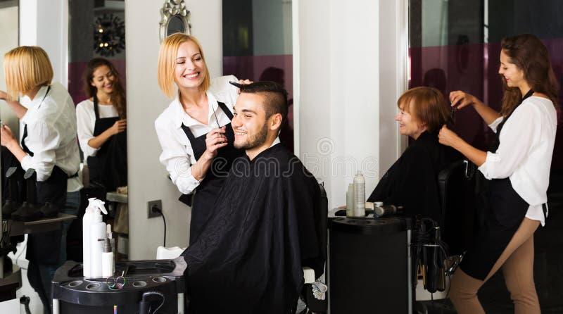 El peluquero hace para cortar para el hombre imagenes de archivo