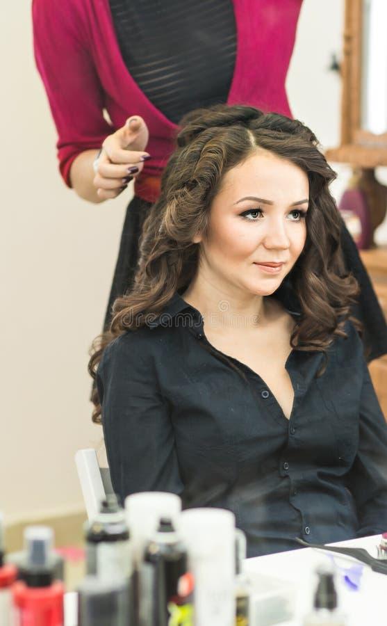 El peluquero hace un peinado a la novia fotos de archivo libres de regalías