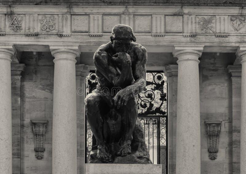 El pensador de Aguste Rodin en la entrada de Rodin Museum, Benjamin Franklin Parkway, Philadelphia, Pennsylvania fotografía de archivo libre de regalías