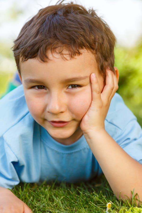 El pensamiento del niño pequeño del niño del niño piensa mirando el portr al aire libre del prado imágenes de archivo libres de regalías