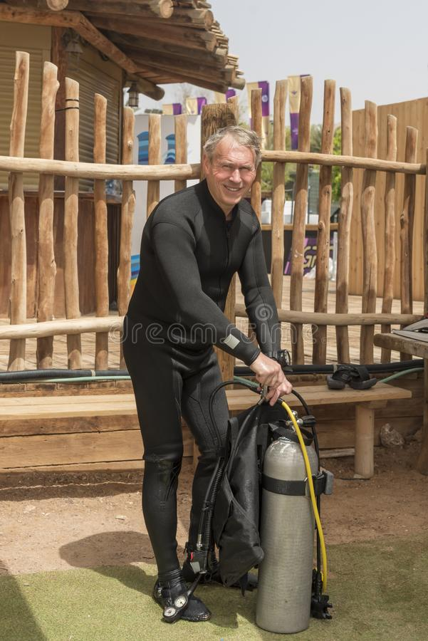 El pensionista, buceador subacuático está desmontando el equipo después del salto profundo Escuela del salto subacuático Deporte  imagen de archivo