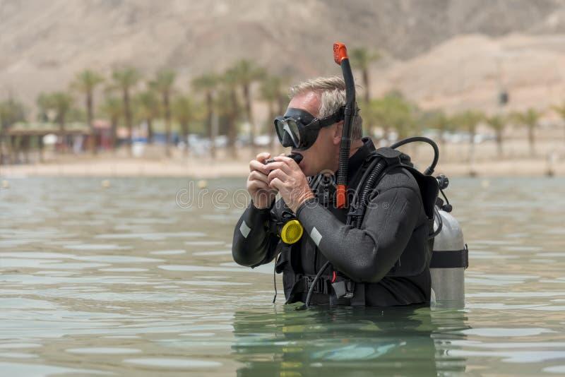 El pensionista es buceador subacuático con el aparato respiratorio antes de conducir profunda en el mar Escuela del salto subacuá imágenes de archivo libres de regalías