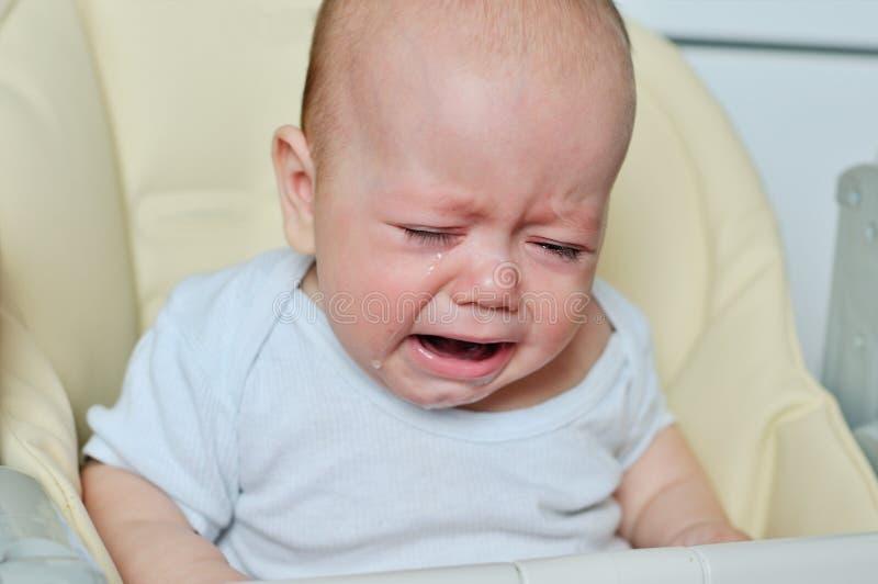 El pequeño bebé está gritando fotos de archivo