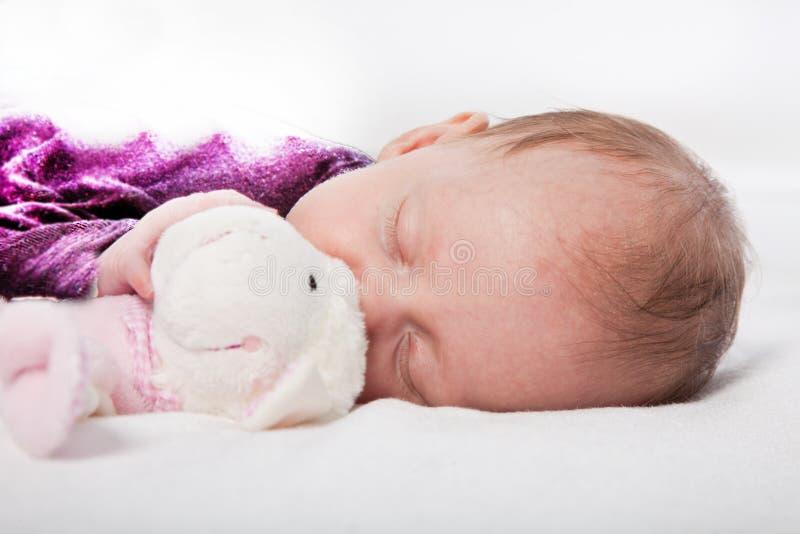 El pequeño bebé lindo ayuna dormido foto de archivo