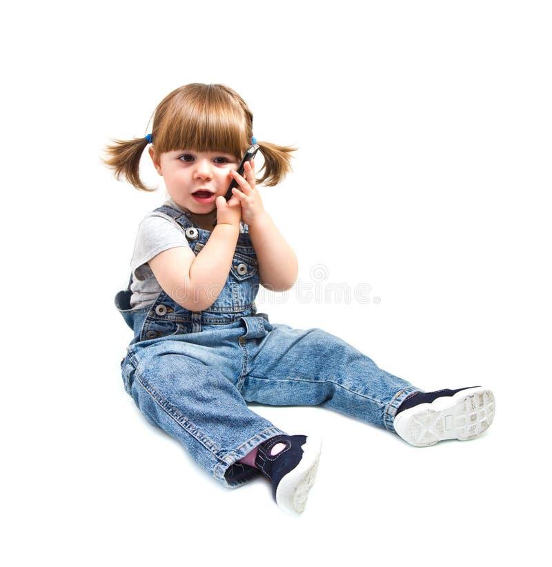 El pequeño bebé lindo está hablando en el teléfono celular imagen de archivo libre de regalías