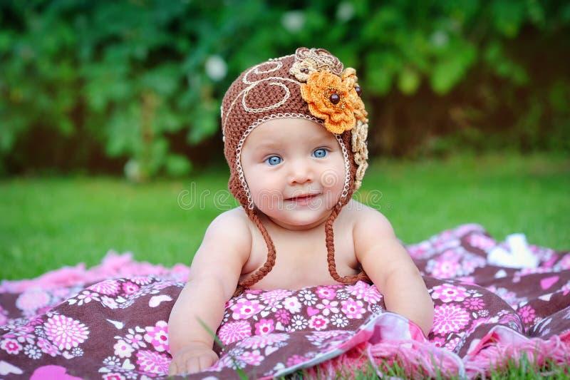 El pequeño bebé lindo está mirando en la cámara imagen de archivo